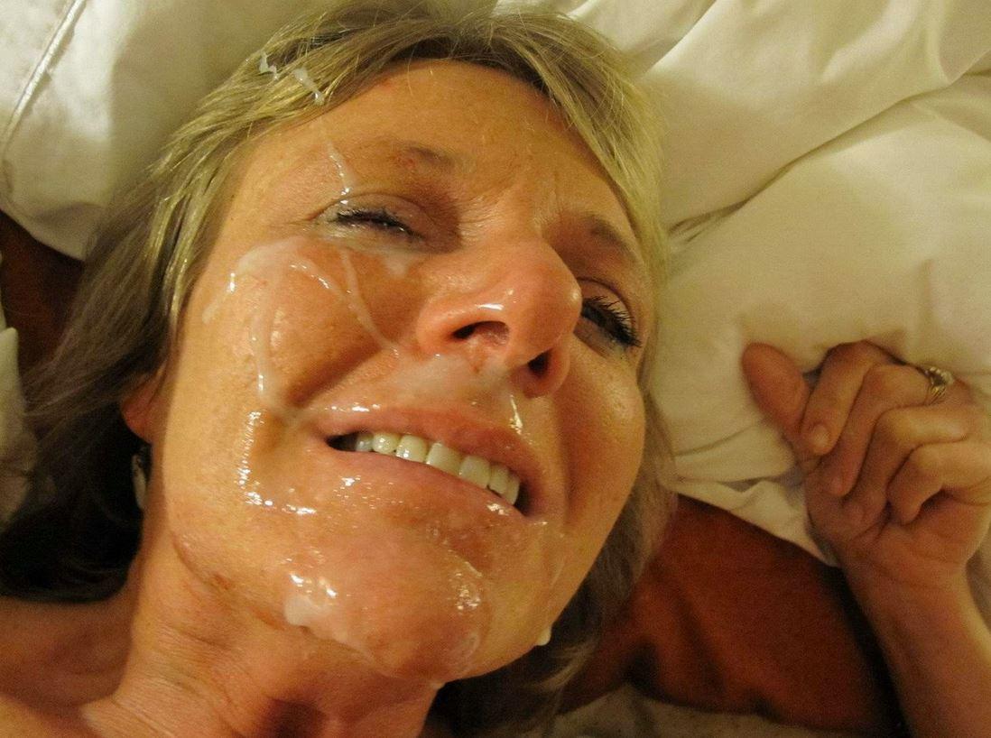 Geile reife Frau mit viel Sperma im Gesicht
