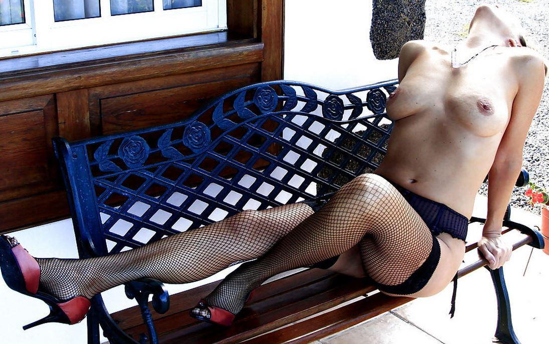 Schöne Frau nackt in Strapsen